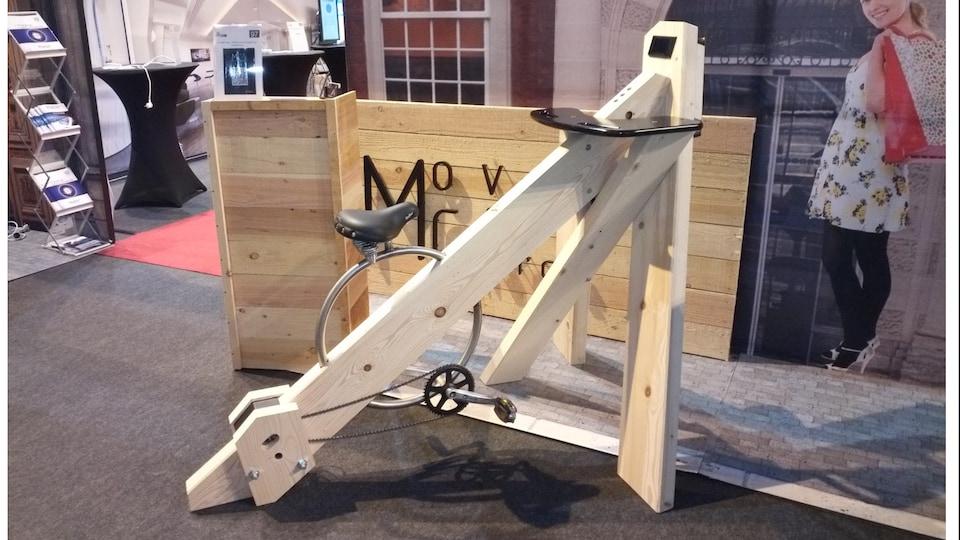 Le vélo stationnaire de la compagnie Move & Charge permet de recharger vos appareils mobiles tout en pédalant.