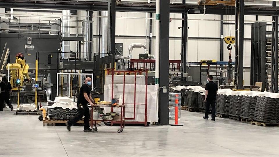 Des employés dans une usine de Sherbrooke.