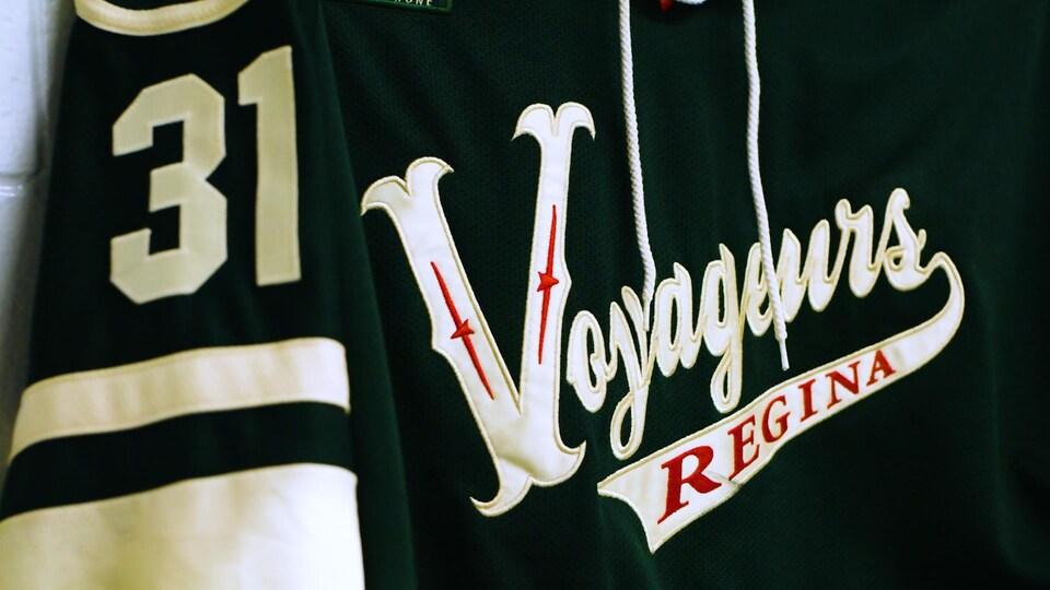 L'uniforme aux couleurs du Minnesota Wild de l'équipe des Voyageurs.