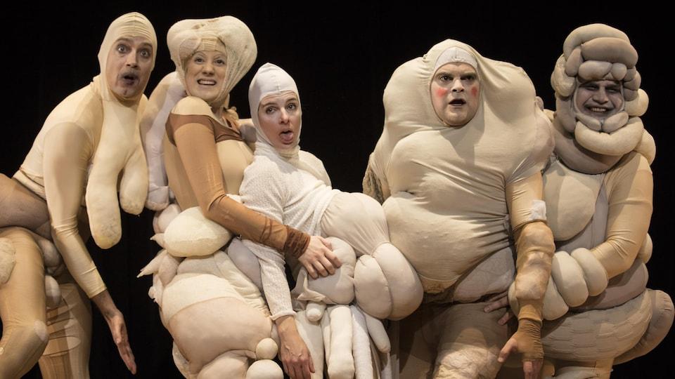 Cinq personnes en costumes pour une pièce de théâtre.