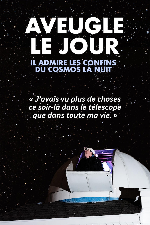 Tim Doucette sortant la tête par une fenêtre située au sommet de son observatoire astronomique.