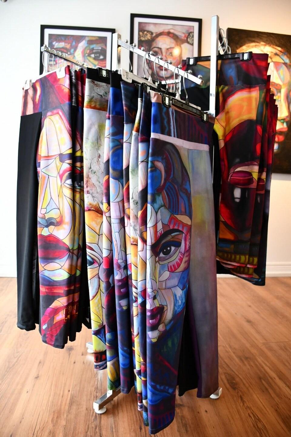 Un présentoir de vêtements est rempli de leggings.