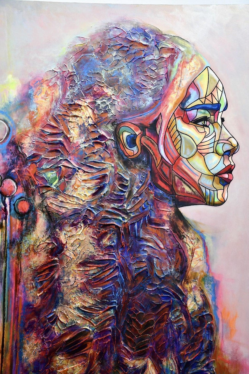 Une femme est dépeinte sur une toile d'Anicko.