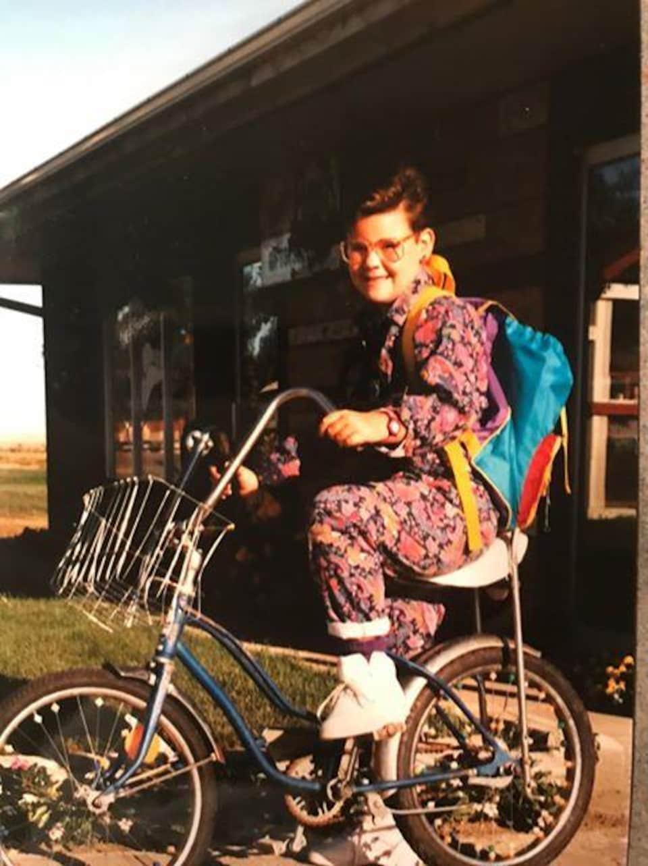 Une photo d'Amanda Girardin en bicyclette à Ponteix