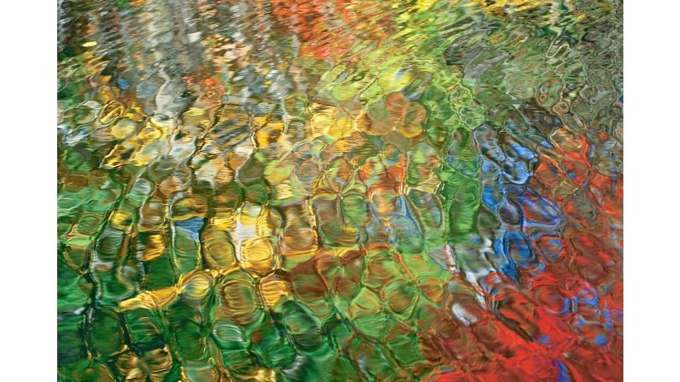 Le fond coloré de l'eau ressemble à une aquarelle à cause des vagues à la surface.