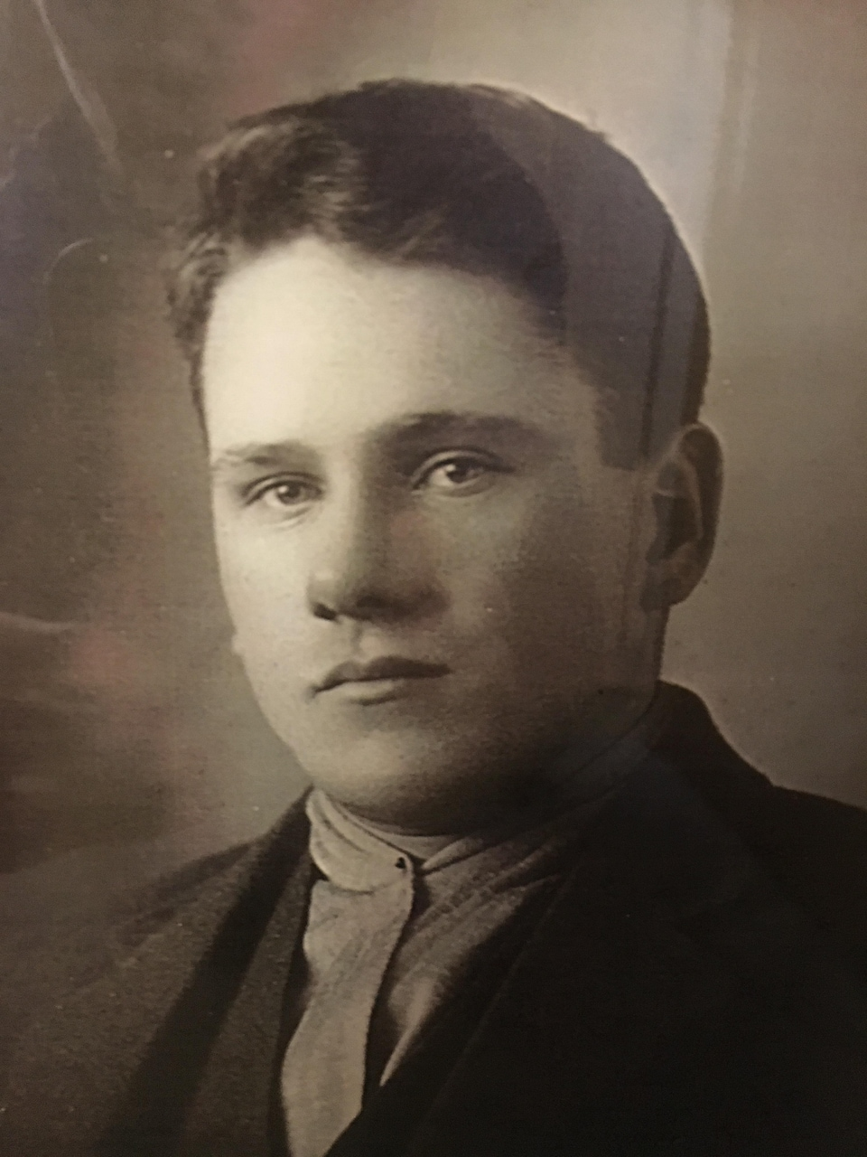Une ancienne photo d'Arthur Lemire. Il est un jeune homme dans la photo.