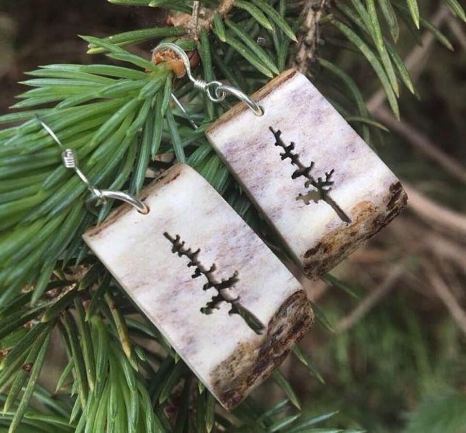 Bijoux en bois de cervidé, créé par l'artiste Candace Lipischak d'Otterburn au Manitoba