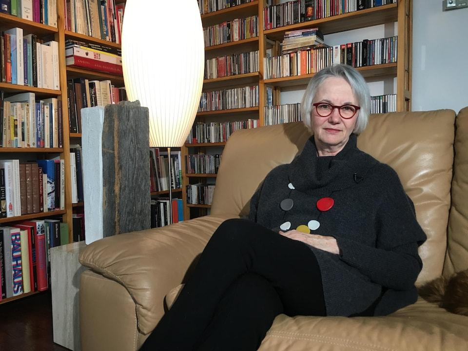 Diana Nemiroff est assise sur un canapé.