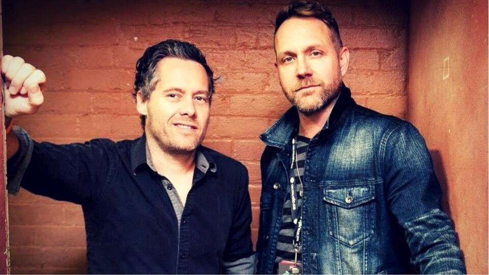 Deux hommes debout côte à côte.