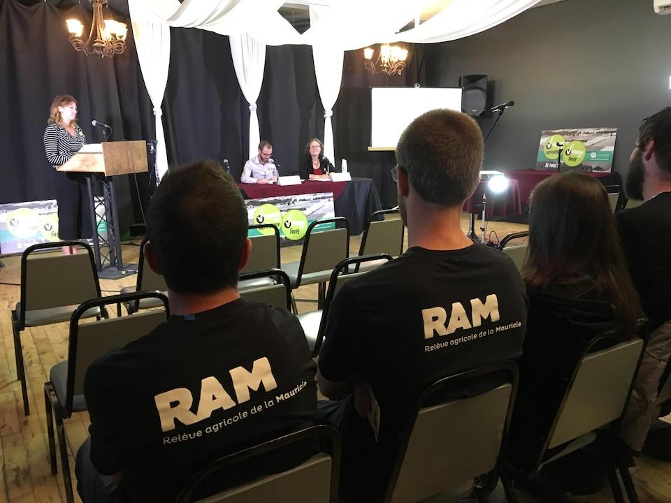 Photo du panel et des citoyens qui y assistent.