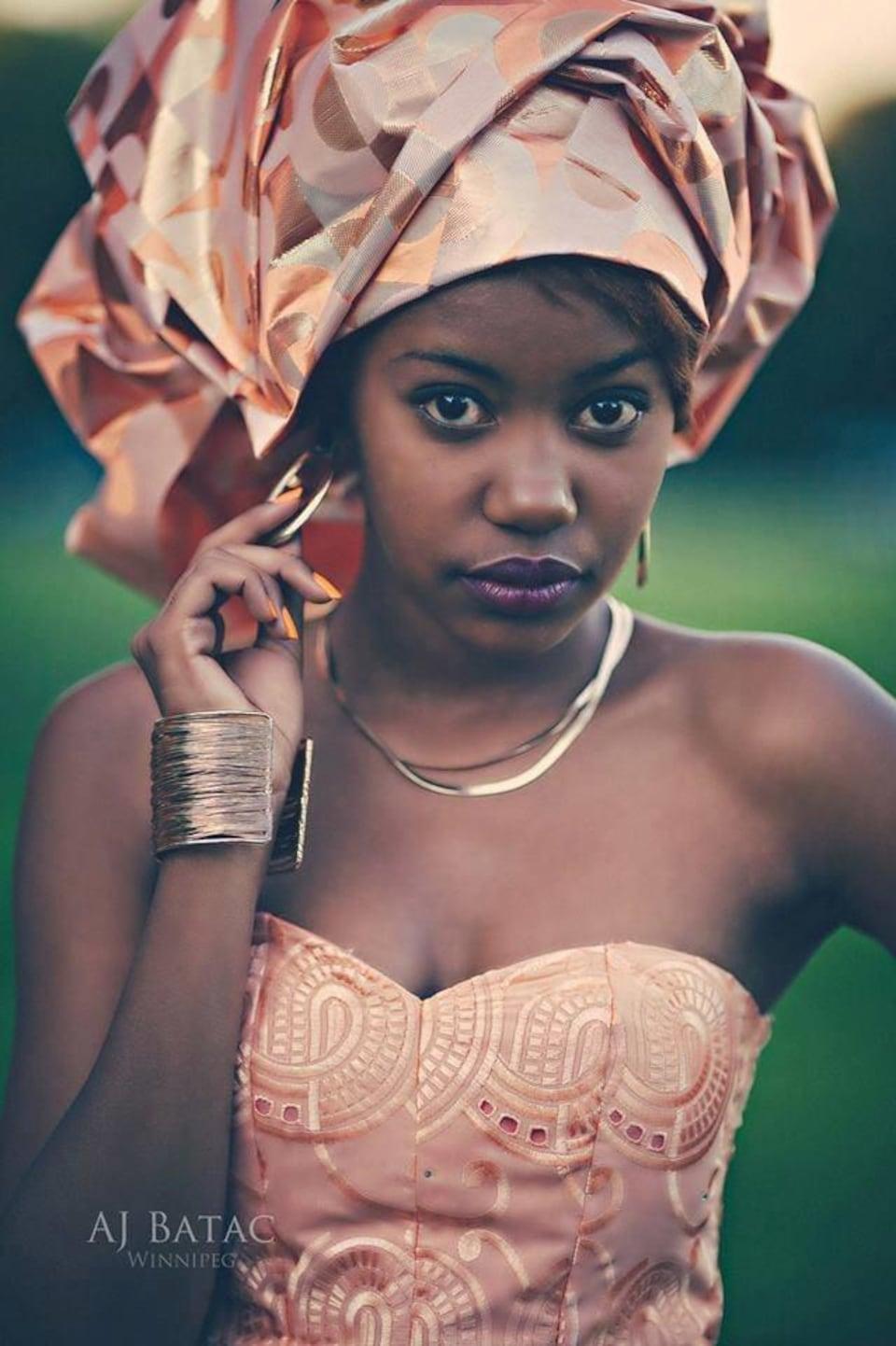 Gros plan d'une femme portant une belle robe et des bijoux.