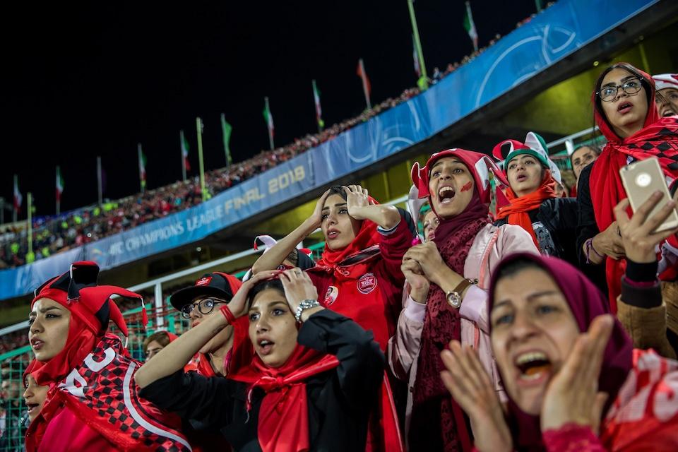 Des femmes assistent à un match de soccer en Iran.
