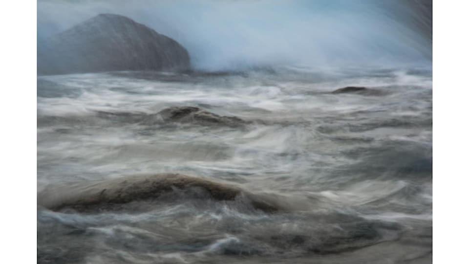 Des vagues sur une surface d'eau
