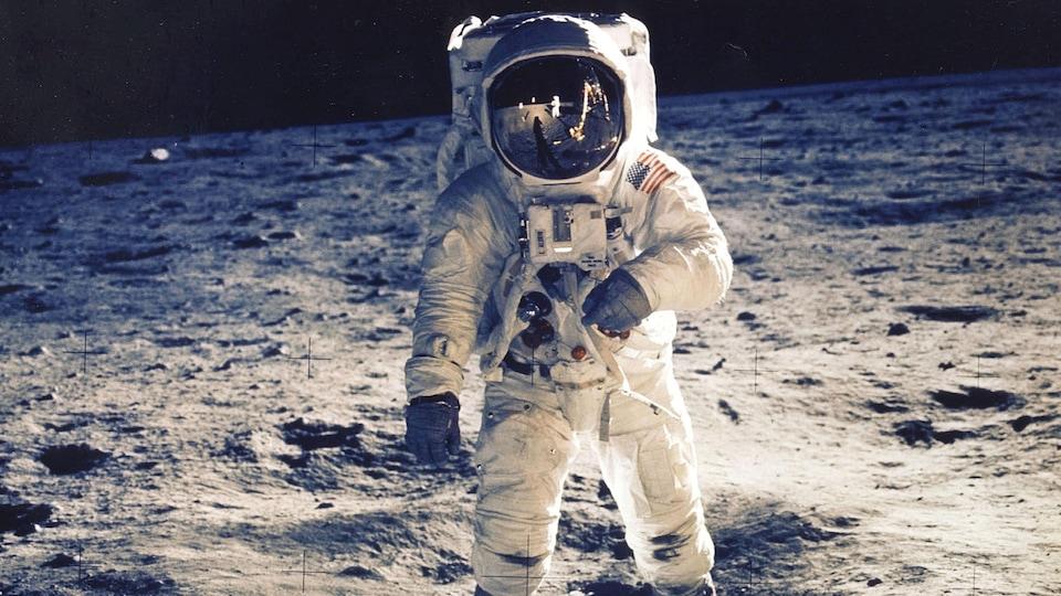 Un astronaute marche sur la lune lors de la mission Apollo 17