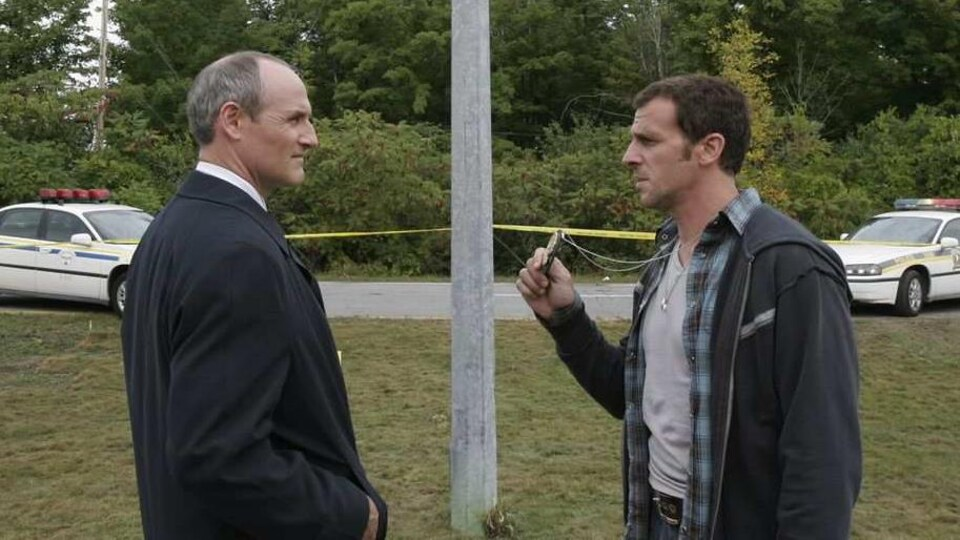 Deux policiers face à face.
