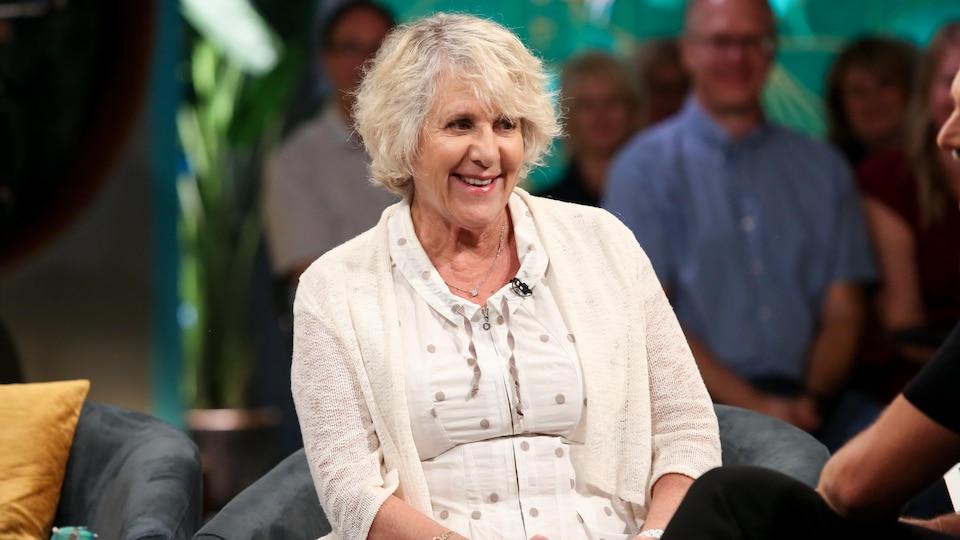 Portrait de Denise Bombardier sur un plateau TV.