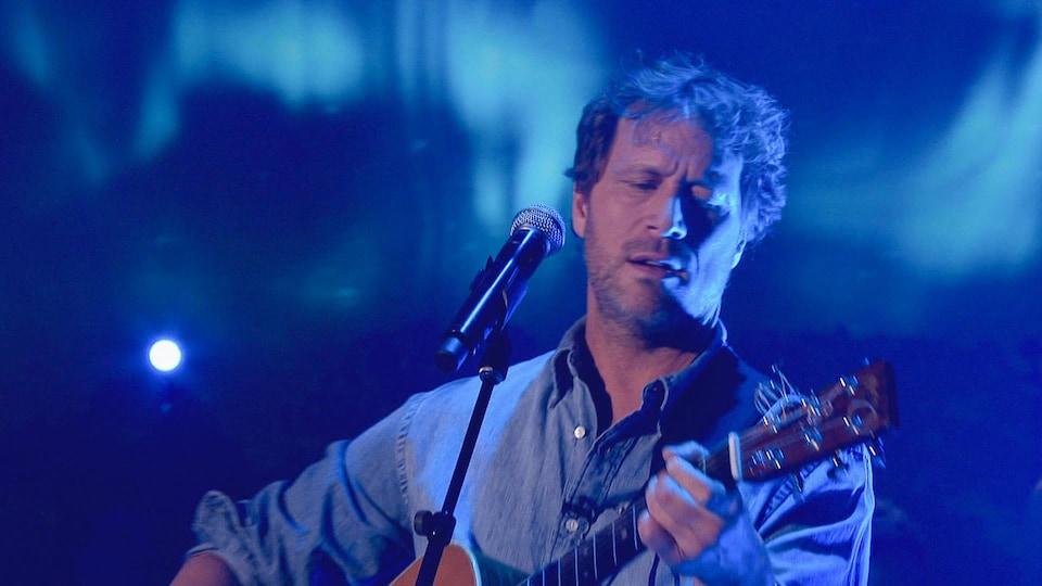 Kevin Parent joue de la guitare.