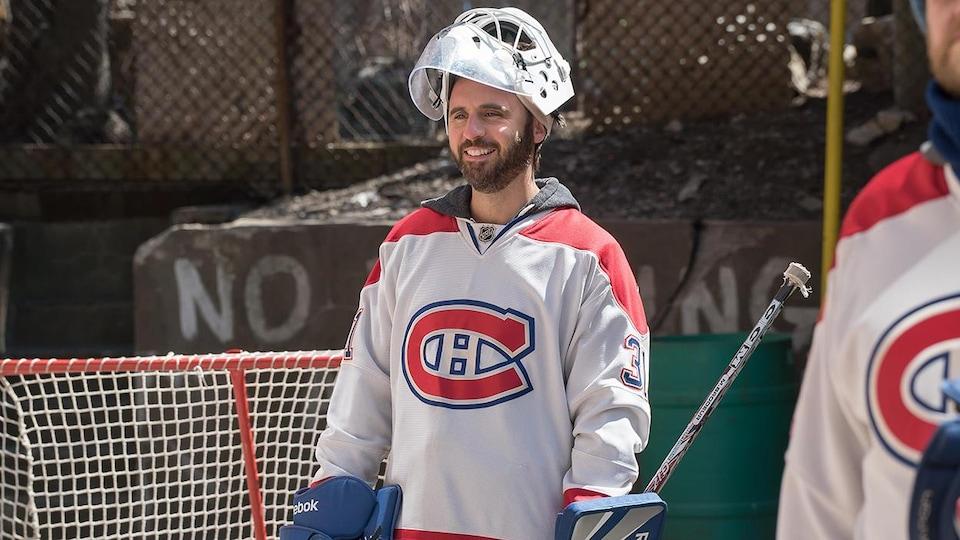 Louis-José Houde dans le personnage de Max, en train de jouer au hockey