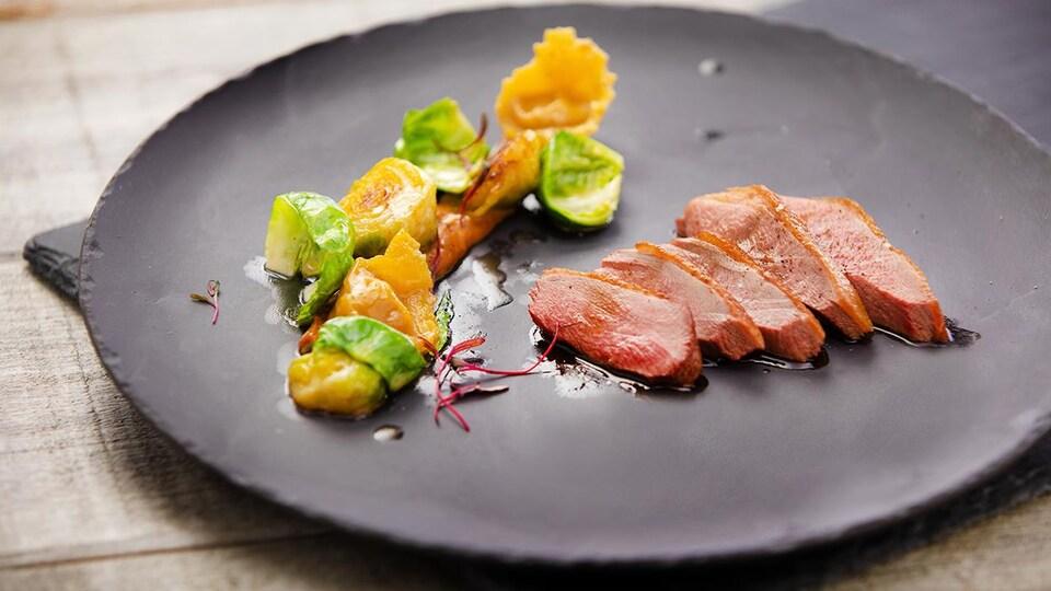 Canard cuit sur le coffre et ses raviolis.