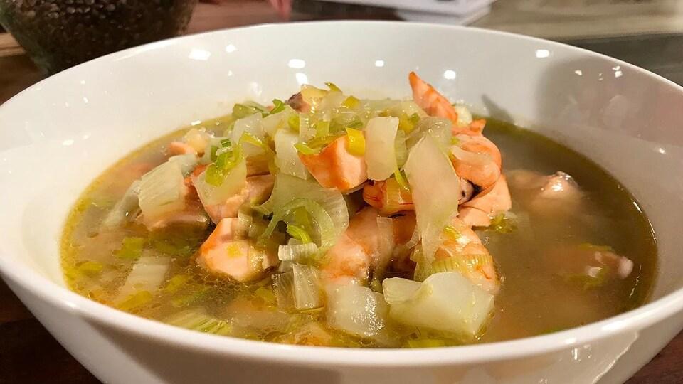 La soupe contient du saumon et des crevettes