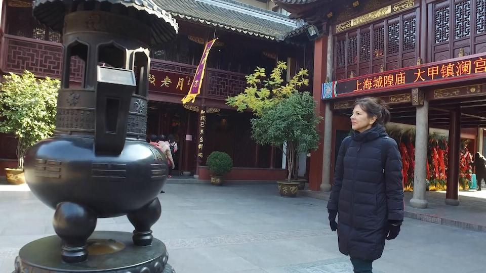 Elle marche dans un temple chinois.
