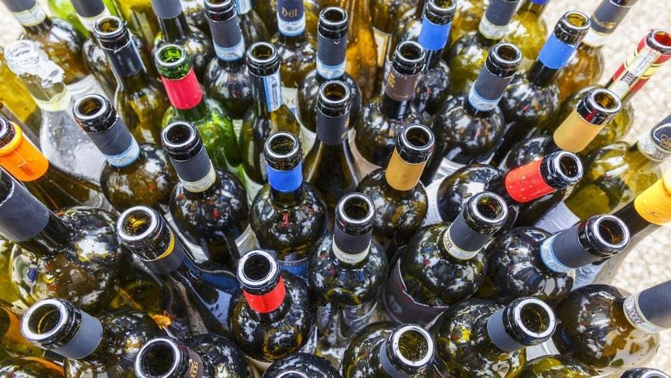Des bouteilles vides prêtes à être recyclées.