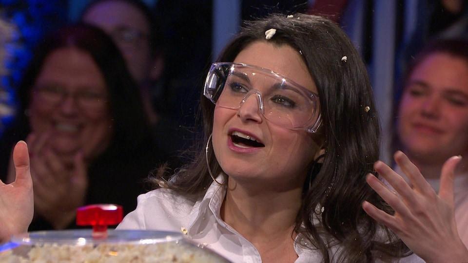 Elle est sur le plateau de l'émission Silence, on joue, avec du maïs soufflé dans les cheveux et des lunettes de protection.