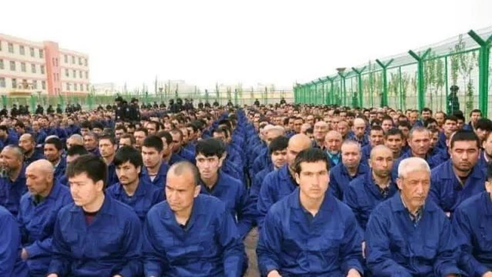 Des camps d'internement où des citoyens ordinaires sont privés de leur liberté et reprogrammés pour éliminer toute trace de leur ethnicité.