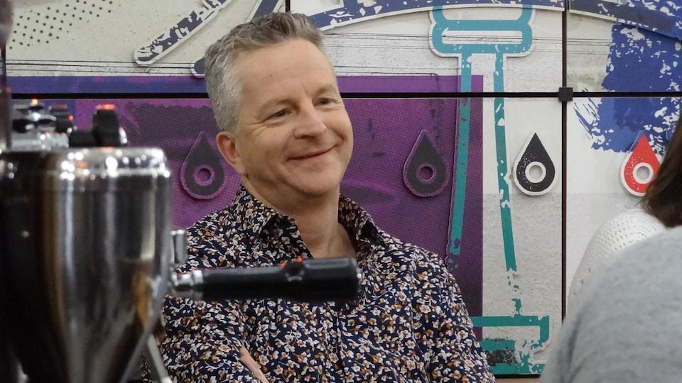 L'animateur sur le plateau de l'émission.