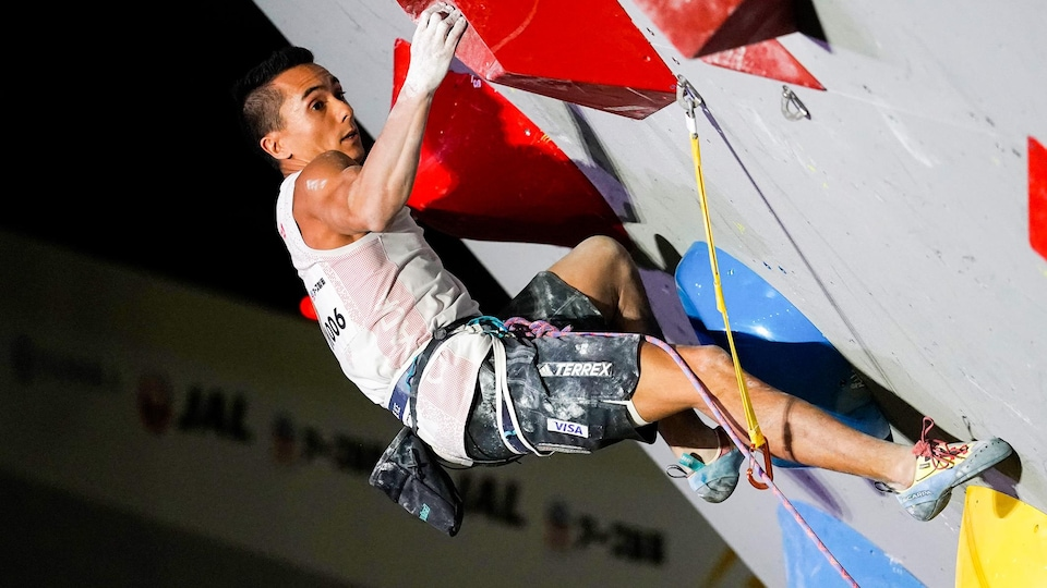 Sean McColl sur une paroi d'escalade.