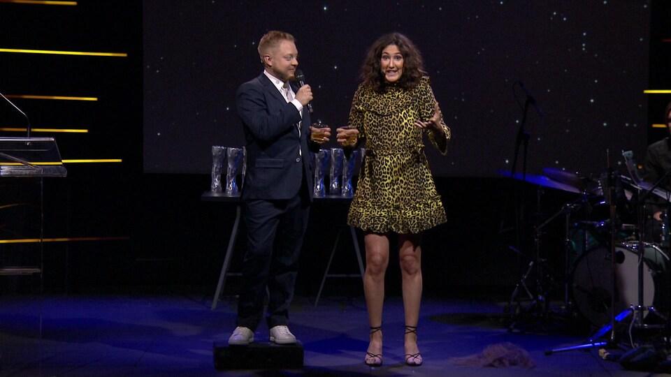 Ils animent le Gala Artisans Québec Cinéma 2019. Guillaume, plus petit que Karine, est monté sur un petit tabouret avec humour.