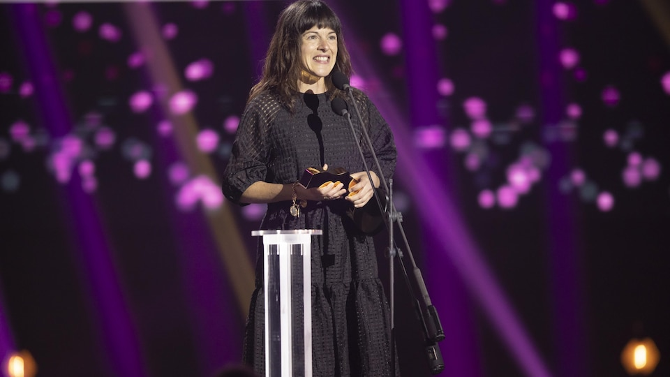 Sophie Cadieux accepte son prix au micro.