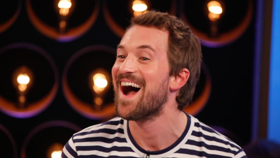 Jean-Philippe est heureux et a la bouche ouverte.