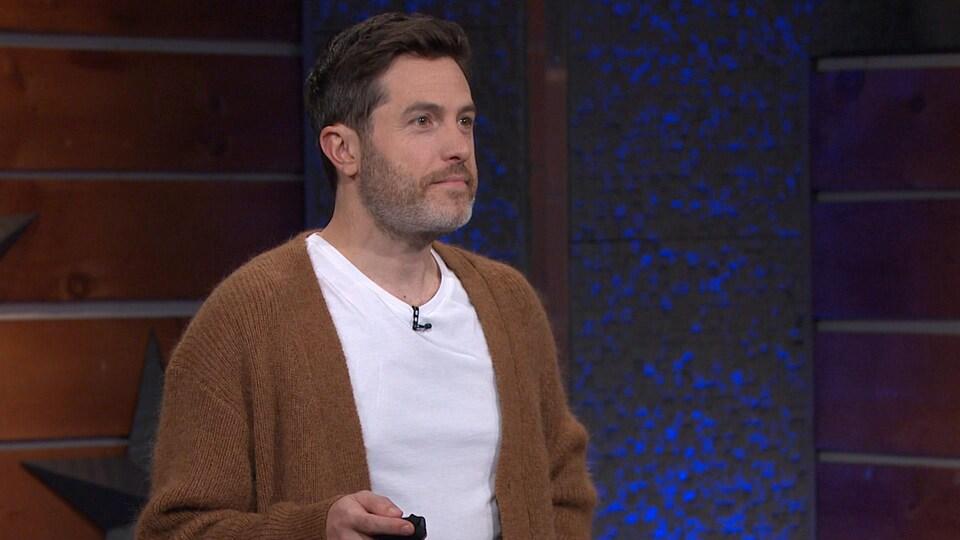 Il porte une veste de laine.