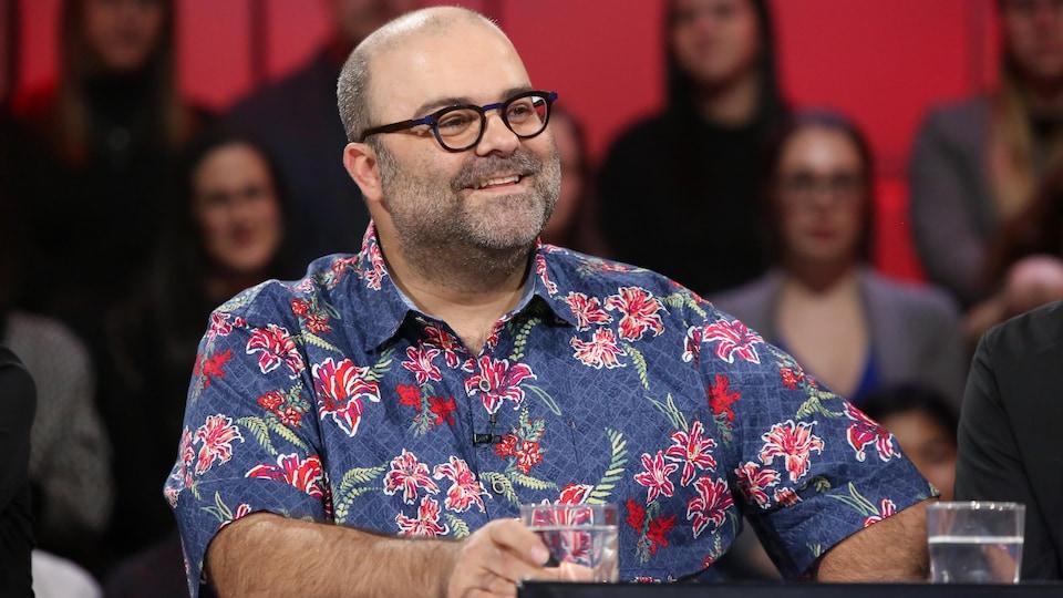 L'humoriste est assis à la table des invités de l'émission Tout le monde en parle.