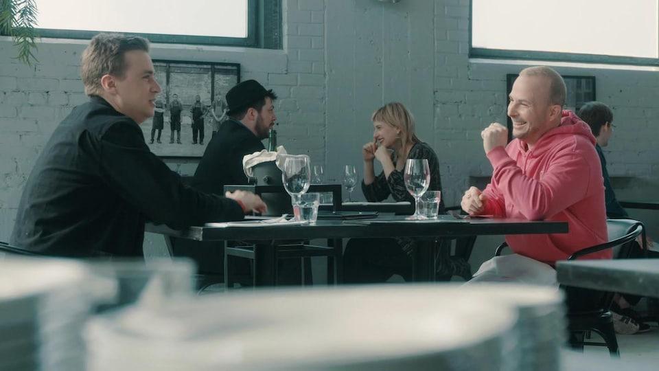 Ils sont assis au restaurant.