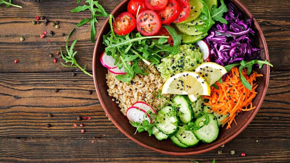 Un bol de salade prête à manger comprenant quinoa et légumes.