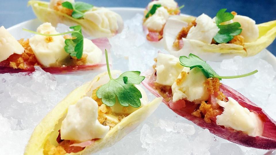 Endives, fromage en grains, vinaigrette à la moutarde, croustilles de pomme de terre.