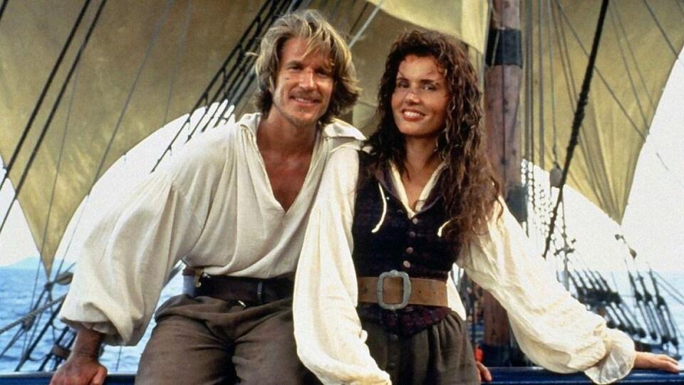 Une femme et un homme en tenues de pirates sur un bateau