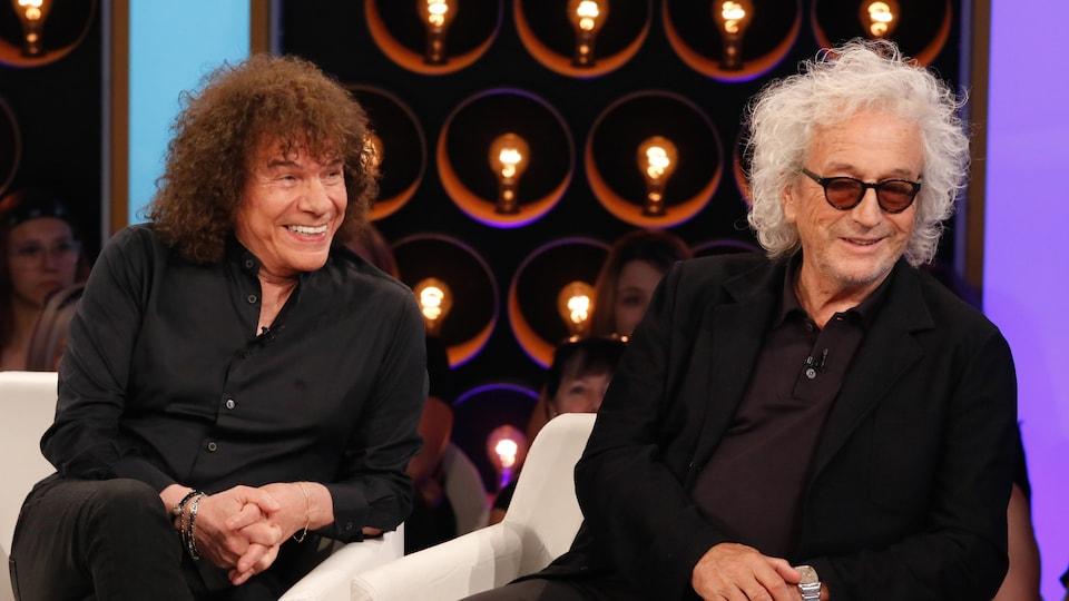 Les deux artistes ricanent sur le plateau de l'émission Les échangistes.