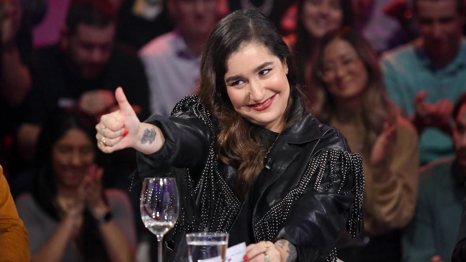 Mariana Mazza fait le signe «pouce en l'air» après avoir reçu une carte de Dany.