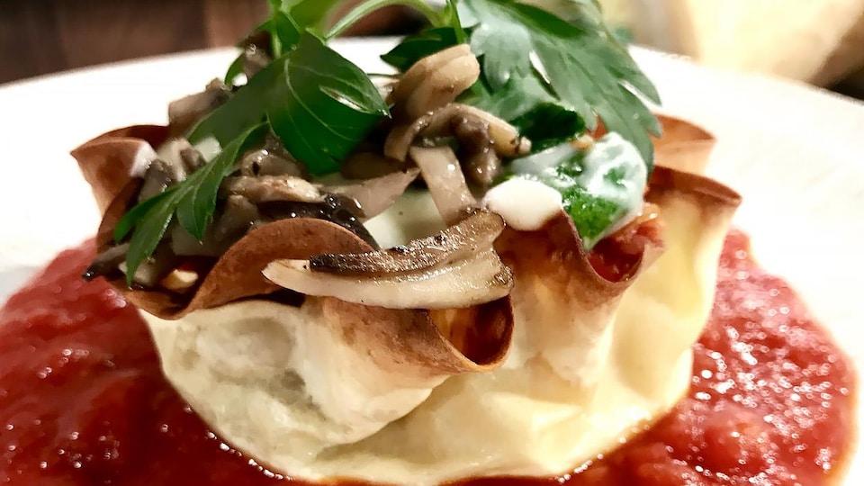 Un plat de lasagne garni de persil plat