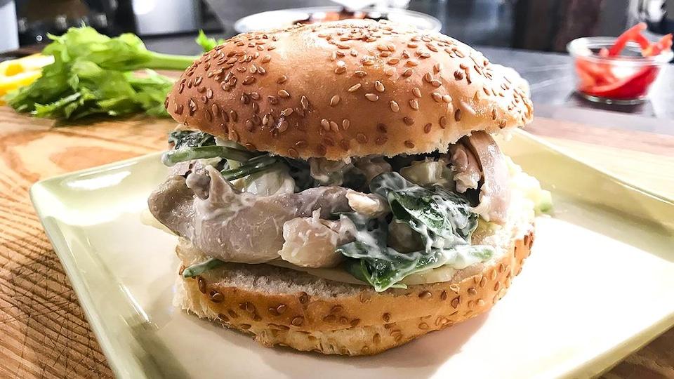 Un sandwich au poulet sur pain kaiser