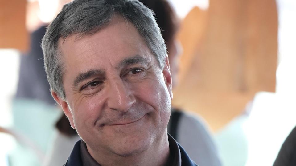 L'homme sourit.