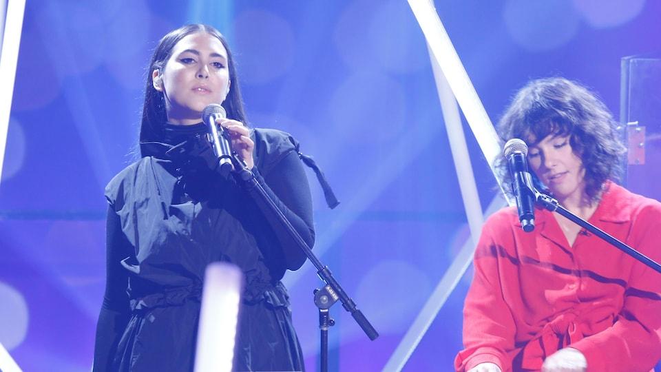 Les deux artistes lors de leur prestation sur le plateau de l'émission Les échangistes.