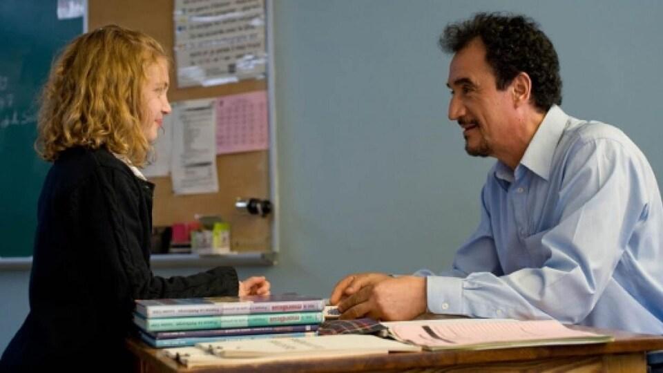 Une petite fille (Sophie Nélisse) face à un professeur (Fellag) dans une classe