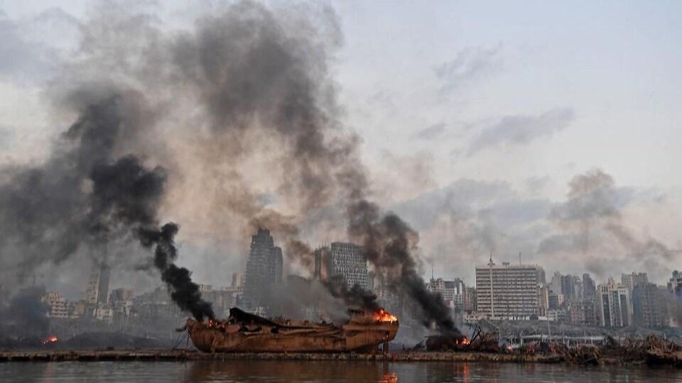 Les restes d'un navire en flammes au port de Beyrouth.