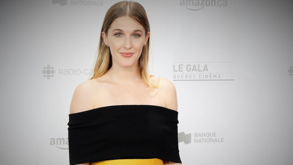 L'actrice Mylene Mackay sur le tapis rouge du Gala Québec cinéma