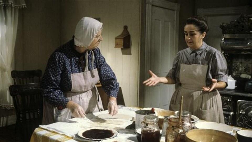 Rose-Anna discute avec Mémère Bouchard dans une scène du Temps d'une paix