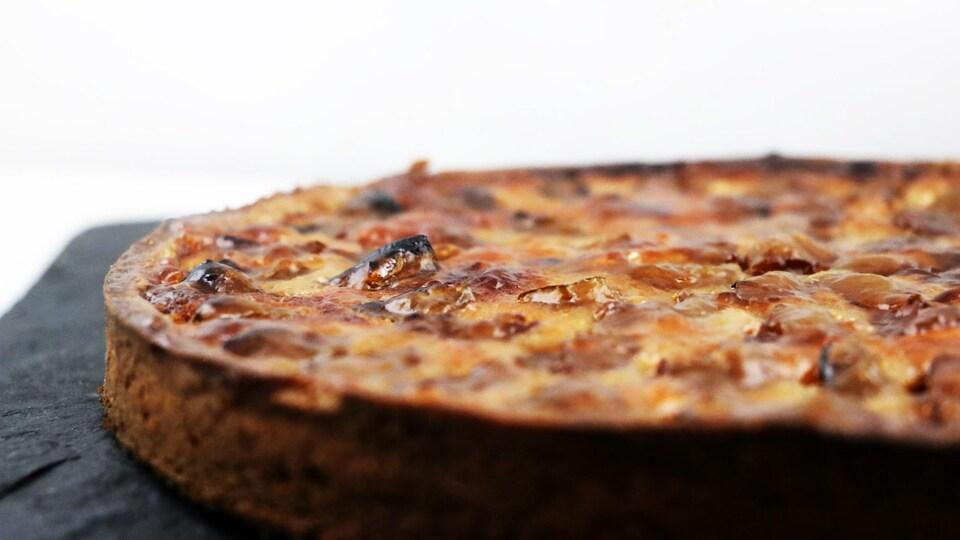 La pâte à tarte contient du sucre d'érable et de la poudre de noisettes.